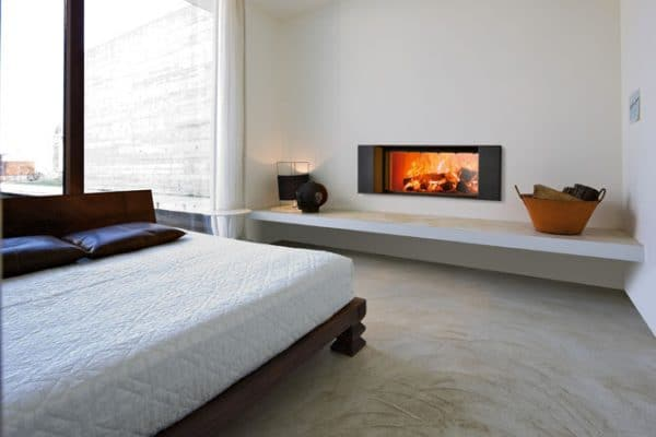 cheminée foyer bois MCZ Plasma 115 avec porte relevable avec cadre decoration Klee chambre