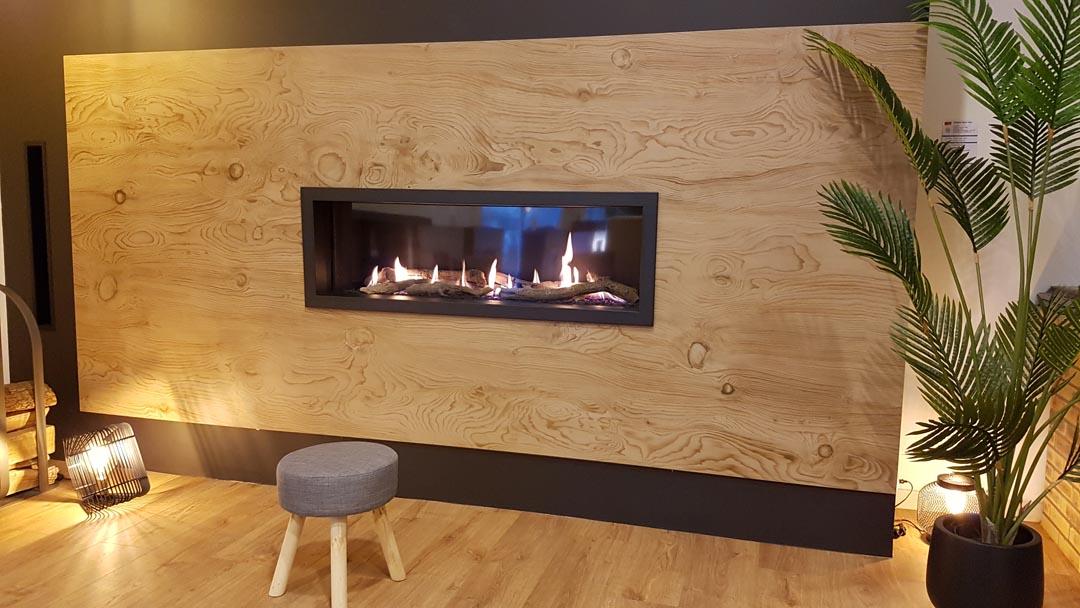 Cheminée gaz Lorflam - habillage céramique bois