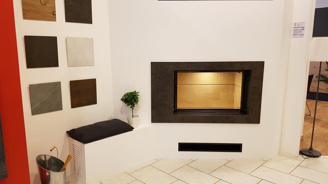 cheminée totem - brique réfractère - porte relevable - cadre céramique